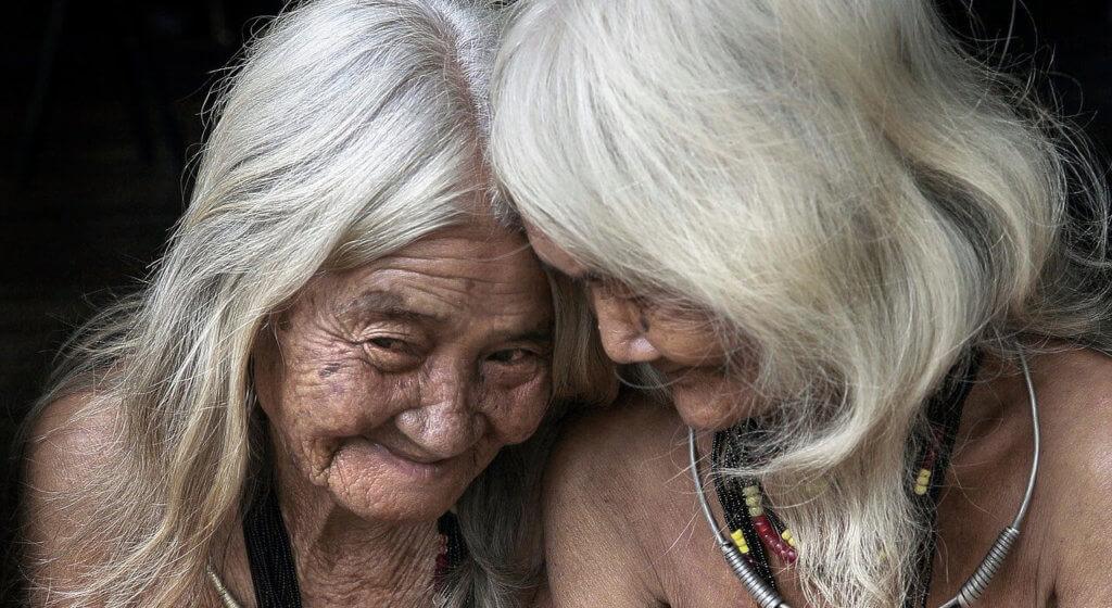 Älteres Paar auf einer Insel